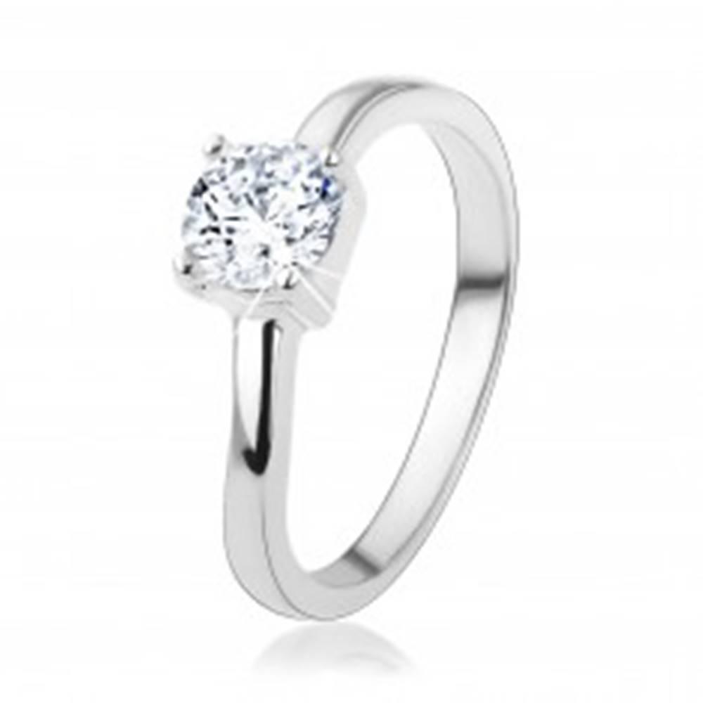 Šperky eshop Strieborný prsteň 925 s okrúhlym čírym zirkónom, jemne zvlnené ramená - Veľkosť: 48 mm