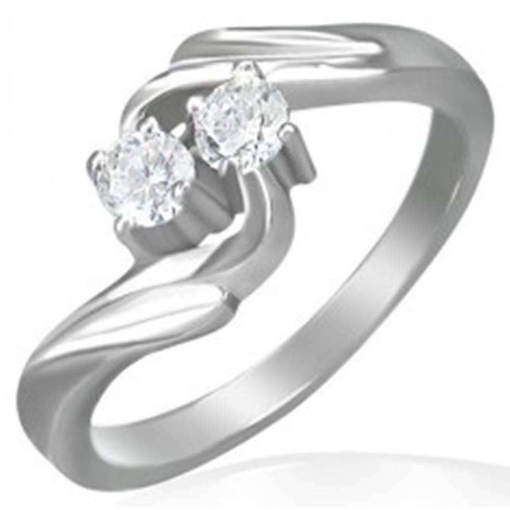 Šperky eshop Zásnubný prsteň - stočený stred, dva zirkóny - Veľkosť: 48 mm