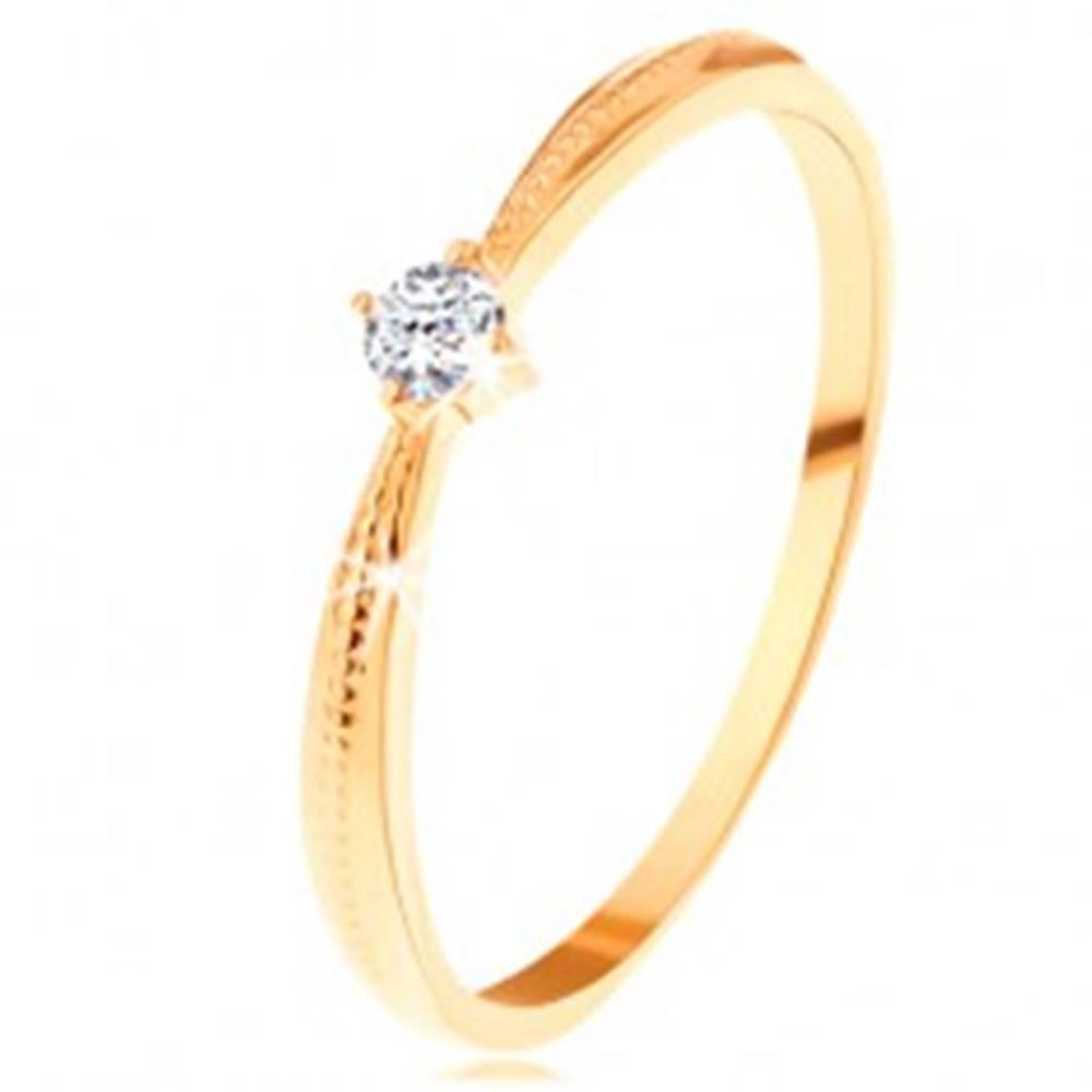 Šperky eshop Zásnubný prsteň v žltom 14K zlate - okrúhly číry zirkón, vrúbky na ramenách - Veľkosť: 49 mm