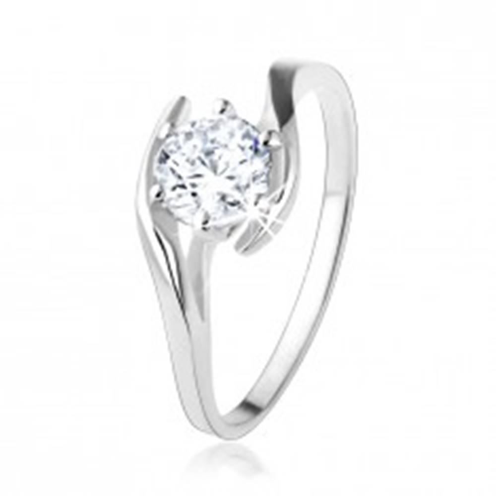 Šperky eshop Zásnubný strieborný prsteň 925 - číry zirkón medzi zvlnenými líniami - Veľkosť: 49 mm