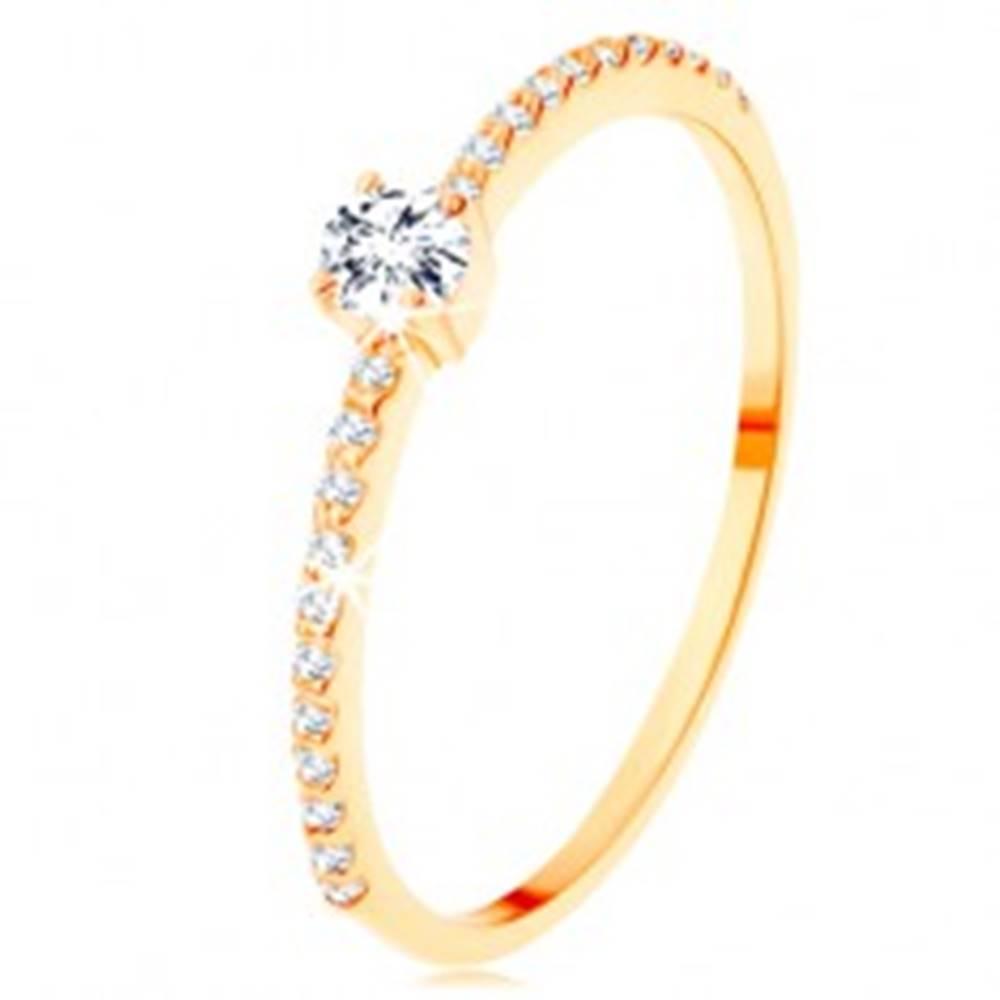 Šperky eshop Zlatý prsteň 585 - vyvýšený číry zirkón, pásy zirkónikov čírej farby - Veľkosť: 50 mm