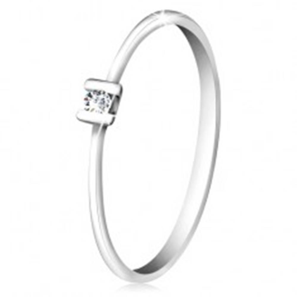 Šperky eshop Briliantový prsteň z bieleho zlata 585 - trblietavý číry diamant uchytený paličkami - Veľkosť: 49 mm