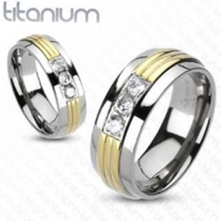 Prsteň z titánu - stred v zlatej farbe, tri číre zirkóny - Veľkosť: 49 mm