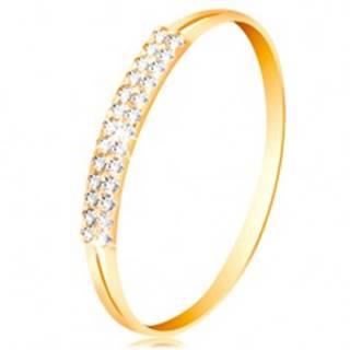 Zlatý prsteň 585, ramená s výrezmi po stranách, línia čírych zirkónov - Veľkosť: 49 mm