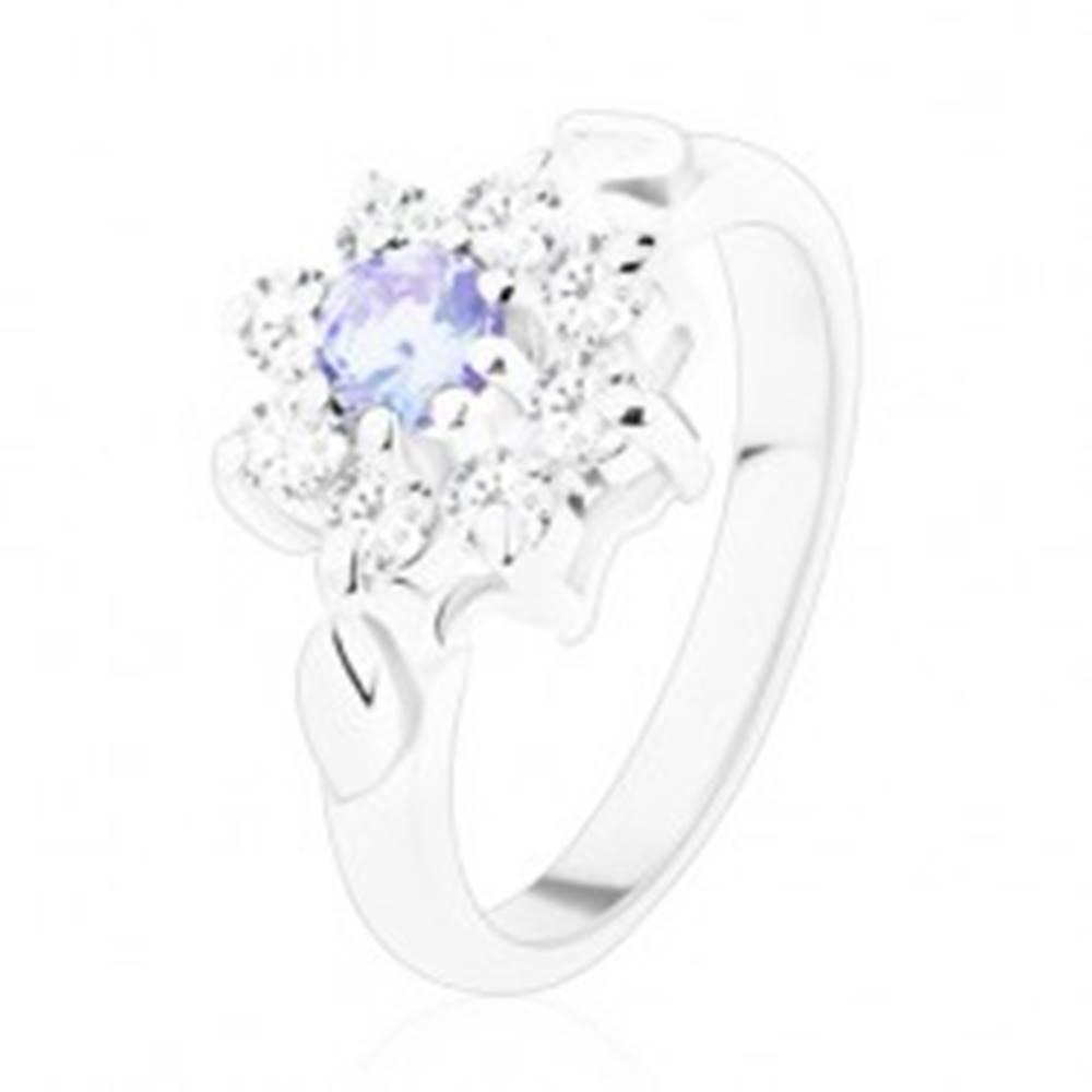 Šperky eshop Jagavý prsteň so zirkónovým kvietkom vo svetlofialovej a čírej farbe, lístky - Veľkosť: 49 mm