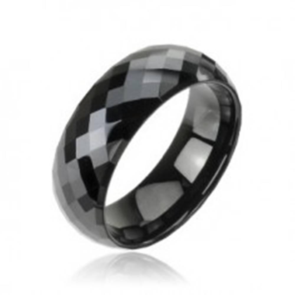 Šperky eshop Lesklá tungstenová obrúčka v čiernom odtieni - vybrúsené kosoštvorce, 8 mm - Veľkosť: 49 mm