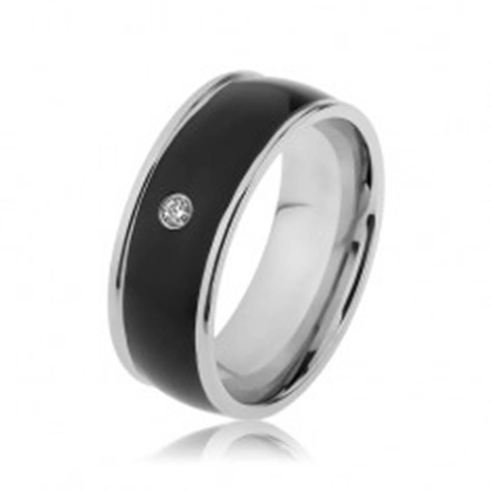 Šperky eshop Lesklý oceľový prsteň striebornej farby, čierny vypuklý pás s čírym zirkónom - Veľkosť: 57 mm