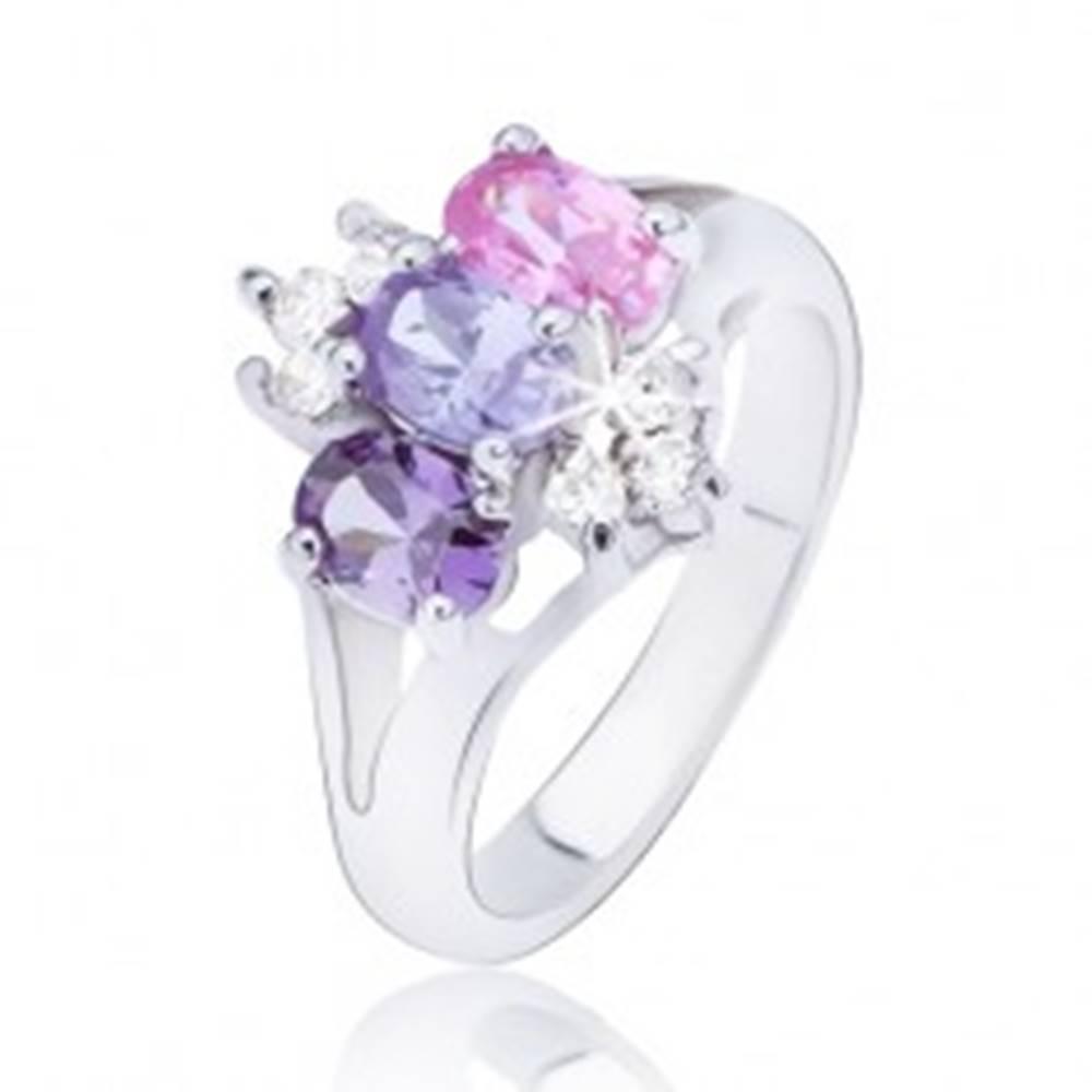 Šperky eshop Lesklý prsteň s rozdvojenými ramenami, farebné zirkóny v rade - Veľkosť: 48 mm