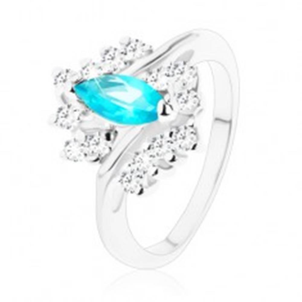 Šperky eshop Lesklý prsteň so zúženými ramenami, akvamarínové zirkónové zrnko, číry lem - Veľkosť: 55 mm