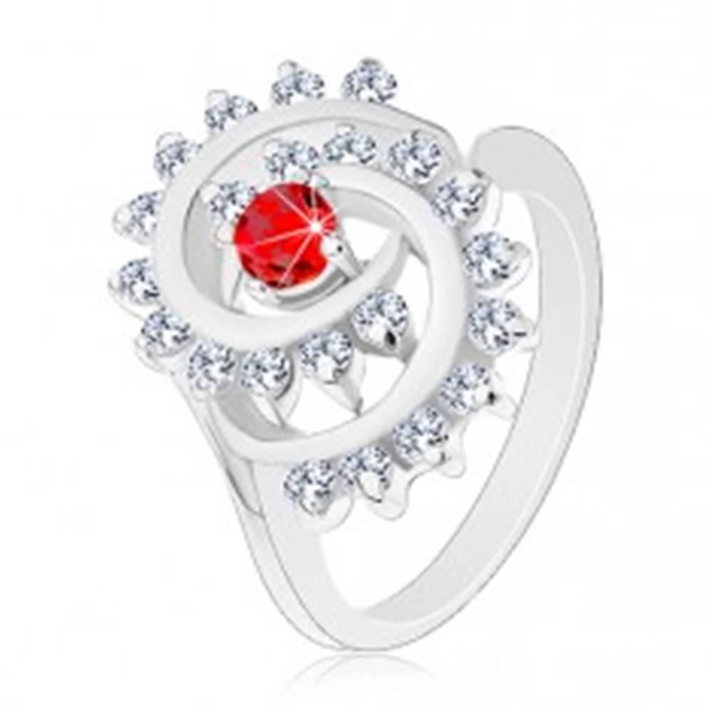 Šperky eshop Lesklý prsteň v striebornej farbe, špirála s čírym lemom, červený okrúhly zirkón - Veľkosť: 51 mm