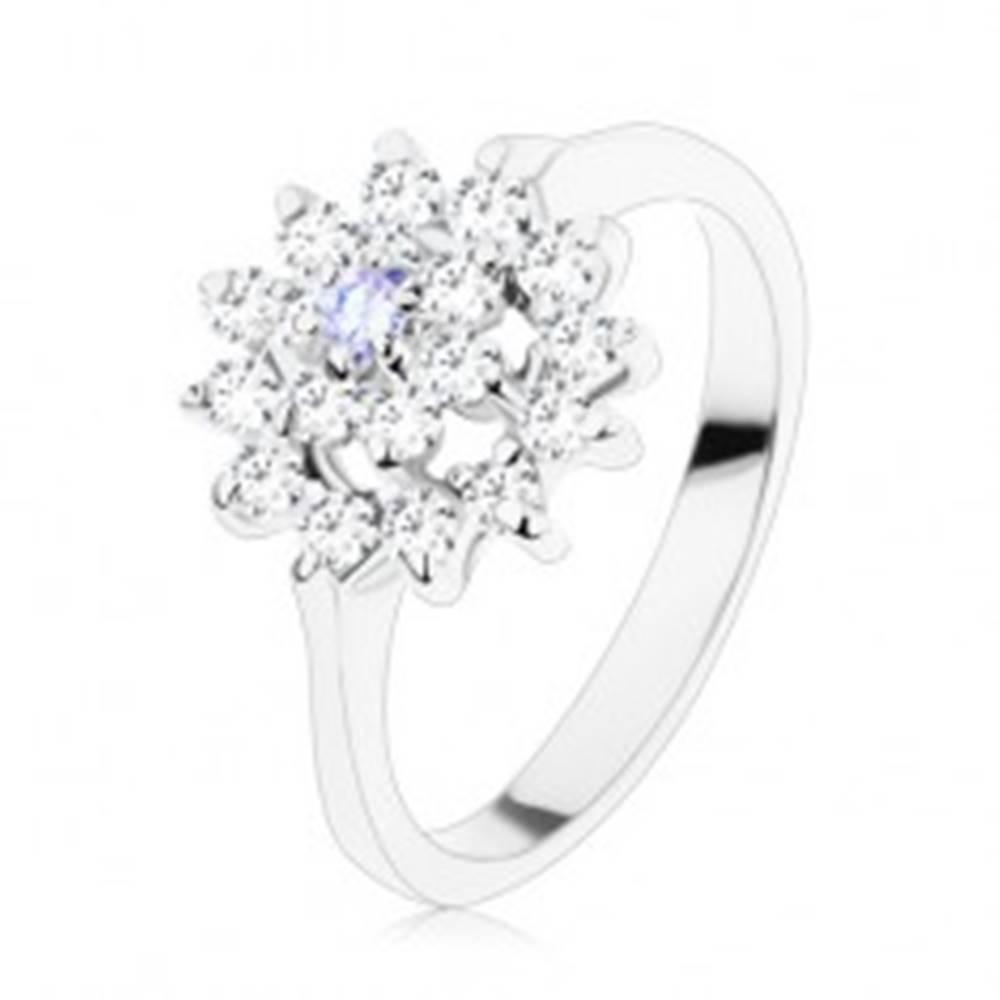 Šperky eshop Lesklý prsteň v striebornom odtieni, svetlofialový stred, zirkónový kruh - Veľkosť: 49 mm
