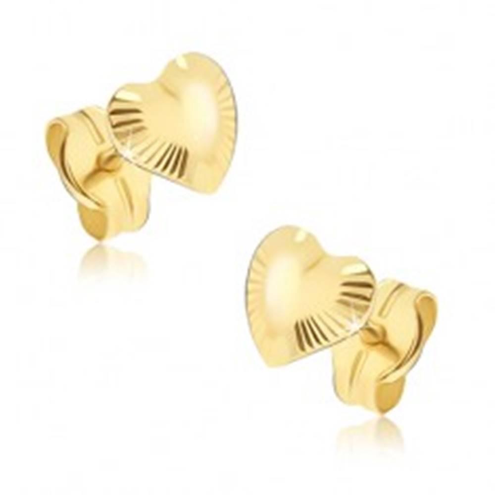 Šperky eshop Ligotavé zlaté náušnice 585 - nepravidelné srdiečka, lúčovité ryhovanie