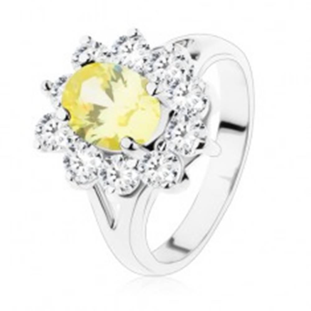 Šperky eshop Ligotavý prsteň v striebornom odtieni, žltý ovál, lemovanie z čírych zirkónov - Veľkosť: 51 mm