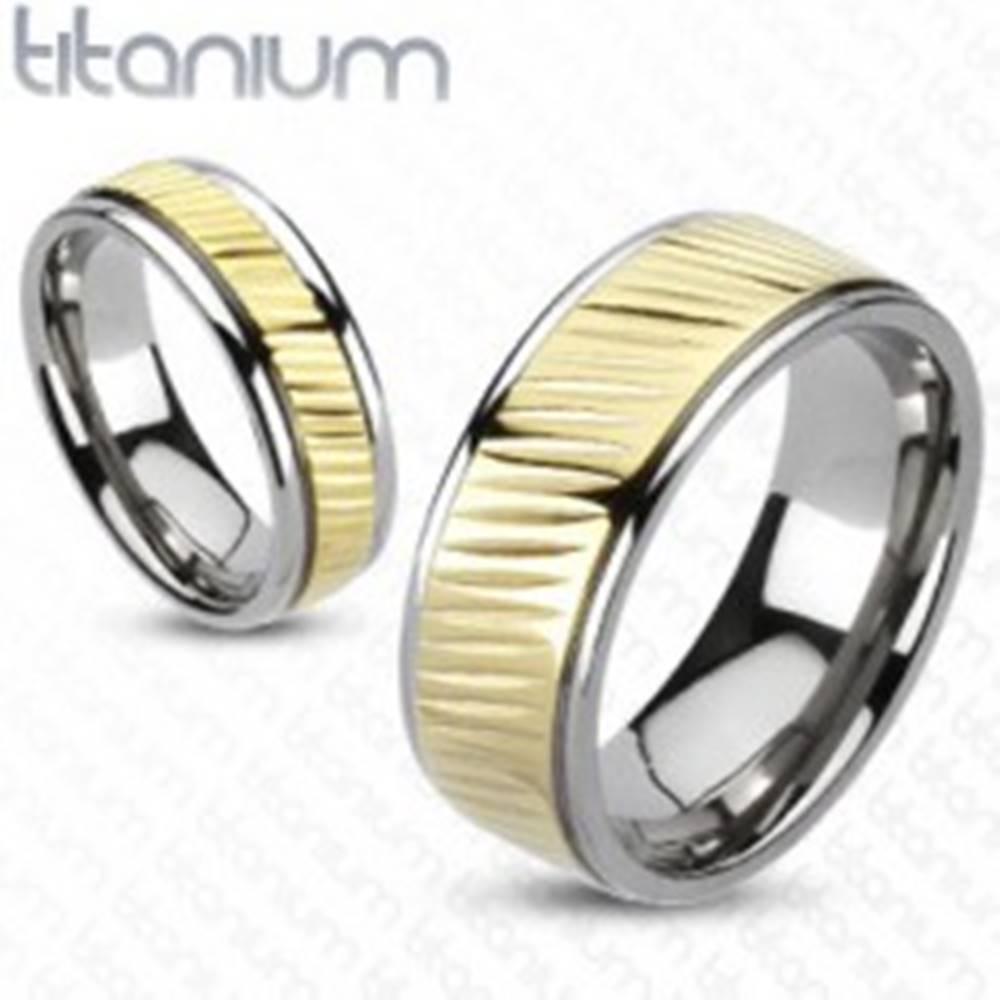 Šperky eshop Obrúčka z titánu - pás zlatej farby s diagonálnym vrúbkovaním - Veľkosť: 49 mm