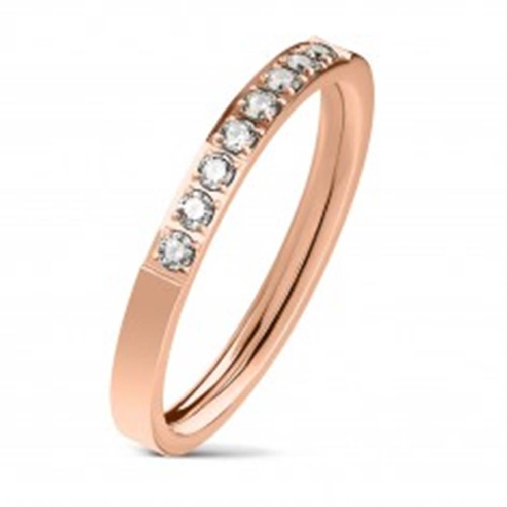 Šperky eshop Oceľový prsteň medenej farby, línia čírych zirkónov, lesklý povrch, 2,5 mm - Veľkosť: 49 mm