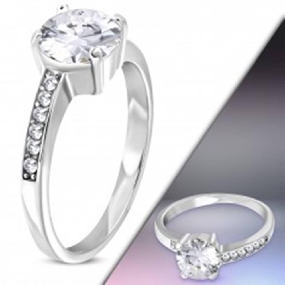 Šperky eshop Oceľový prsteň striebornej farby s asymetrickými ramenami a čírymi zirkónmi - Veľkosť: 50 mm