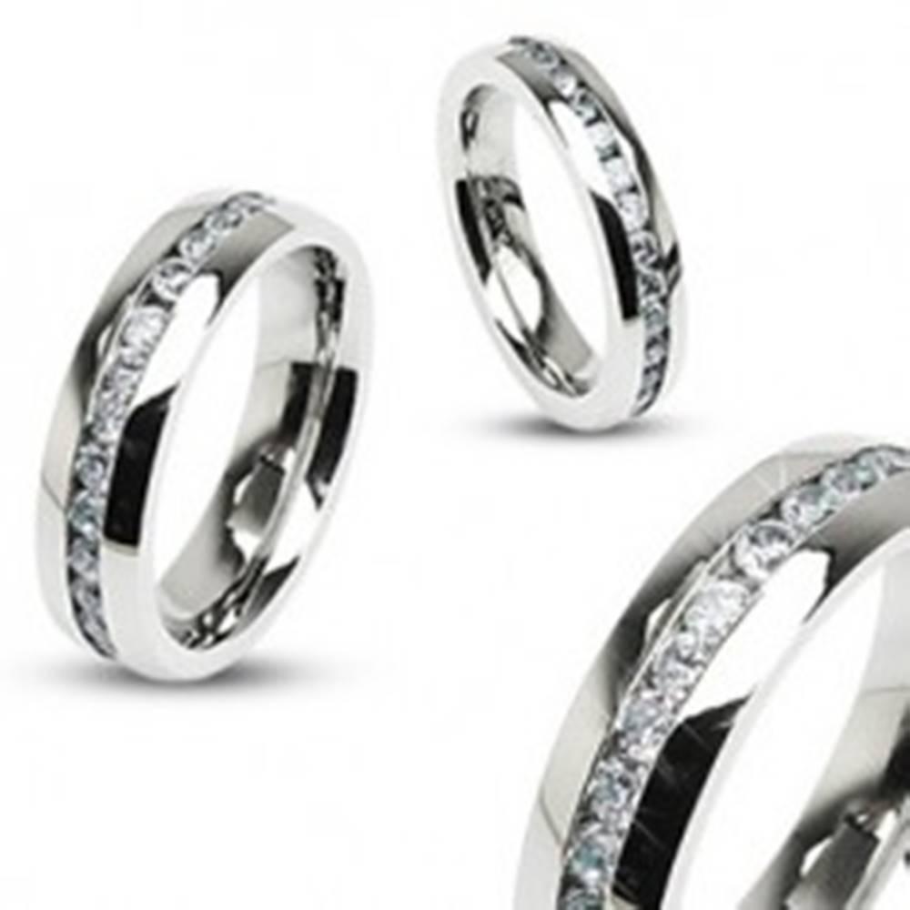 Šperky eshop Oceľový prsteň striebornej farby, stredová línia čírych zirkónov - Veľkosť: 49 mm