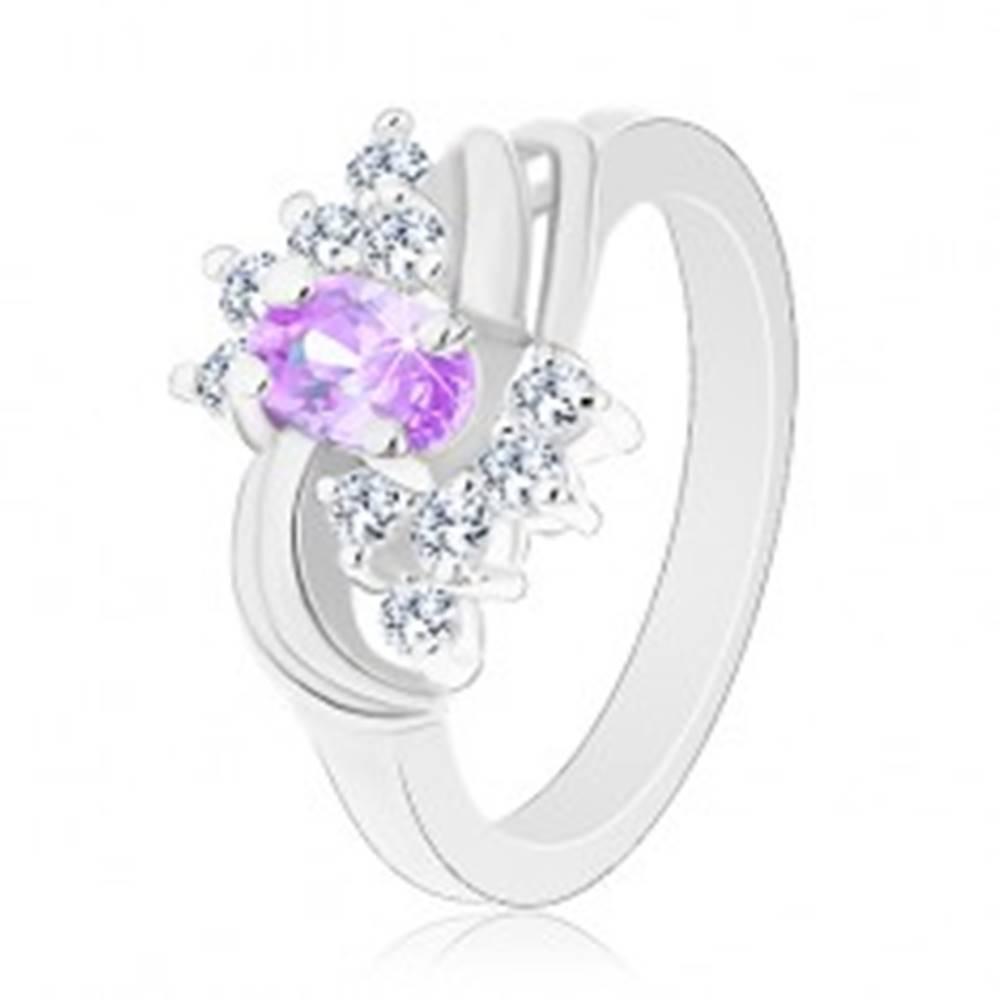 Šperky eshop Prsteň s lesklými ramenami, svetlofialový oválny zirkón, dva páry oblúkov - Veľkosť: 49 mm