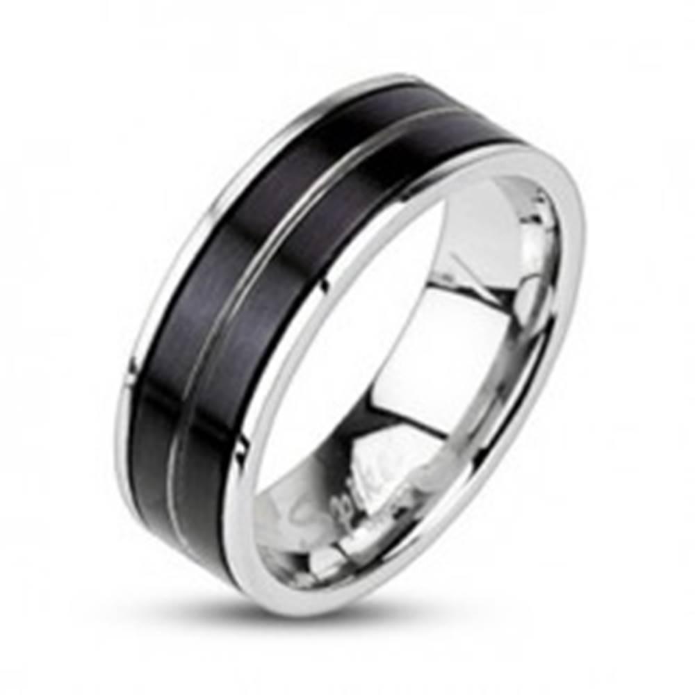 Šperky eshop Prsteň z chirurgickej ocele - čierna farba, vygravírovaná línia - Veľkosť: 59 mm
