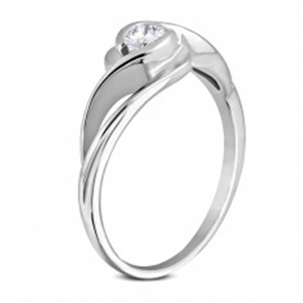 Šperky eshop Prsteň z chirurgickej ocele striebornej farby, zvlnené ramená, okrúhly číry zirkón - Veľkosť: 50 mm
