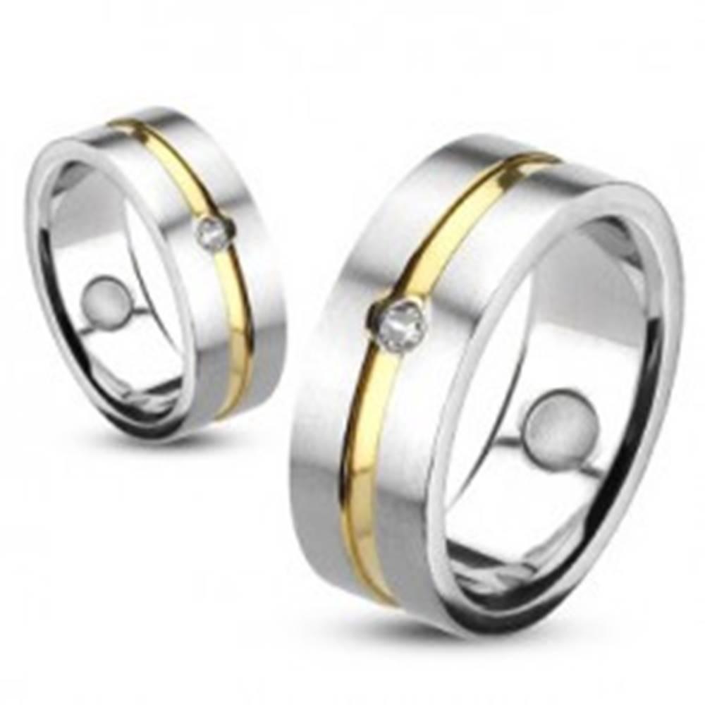 Šperky eshop Prsteň z ocele so zlatou líniou a vsadeným zirkónom - Veľkosť: 48 mm