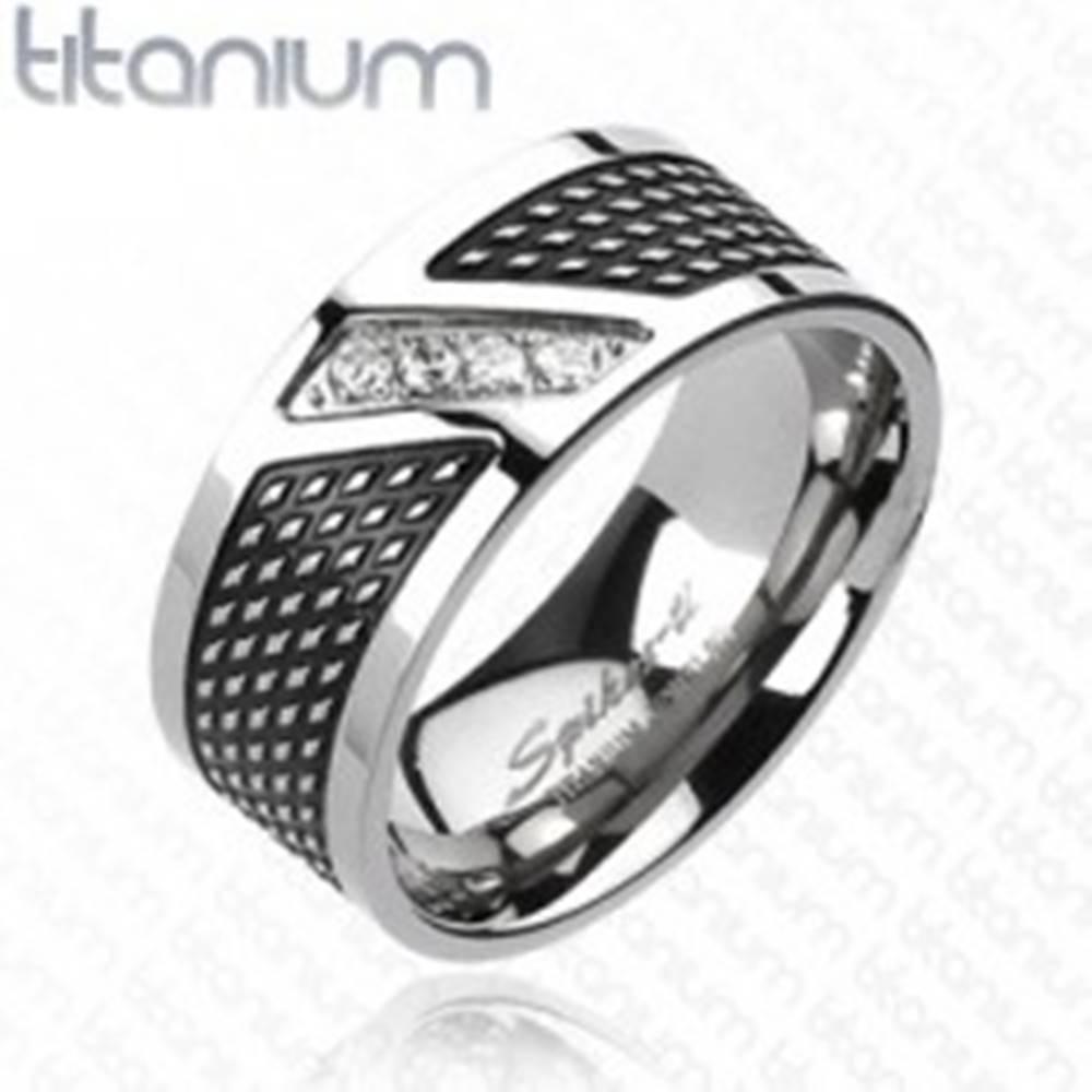 Šperky eshop Prsteň z titánu - čierna a strieborná farba, zirkóny v diagonálnej línii - Veľkosť: 59 mm