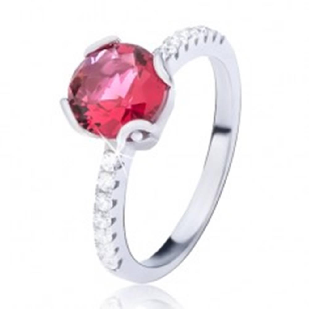 Šperky eshop Prsteň zo striebra 925 - červený okrúhly zirkón, menšie kamienky po stranách - Veľkosť: 52 mm
