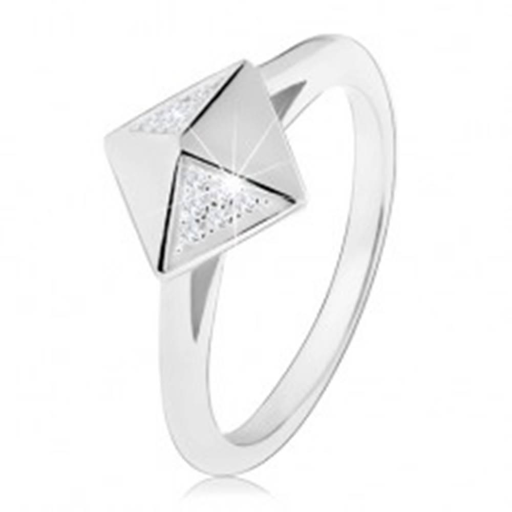 Šperky eshop Ródiovaný strieborný prsteň 925, lesklá pyramída zdobená čírymi zirkónikmi - Veľkosť: 49 mm