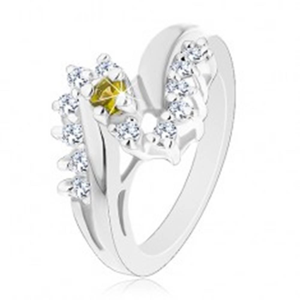 Šperky eshop Trblietavý prsteň s lesklými ramenami, okrúhly zirkón v zelenožltej farbe, číry lem - Veľkosť: 51 mm