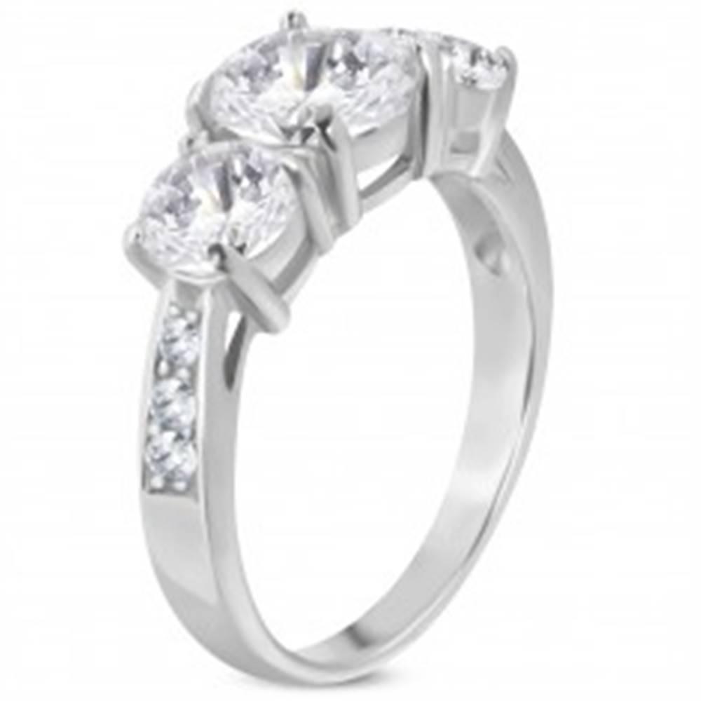 Šperky eshop Zásnubný prsteň z ocele 316L, tri veľké číre zirkóny, zdobené ramená - Veľkosť: 50 mm