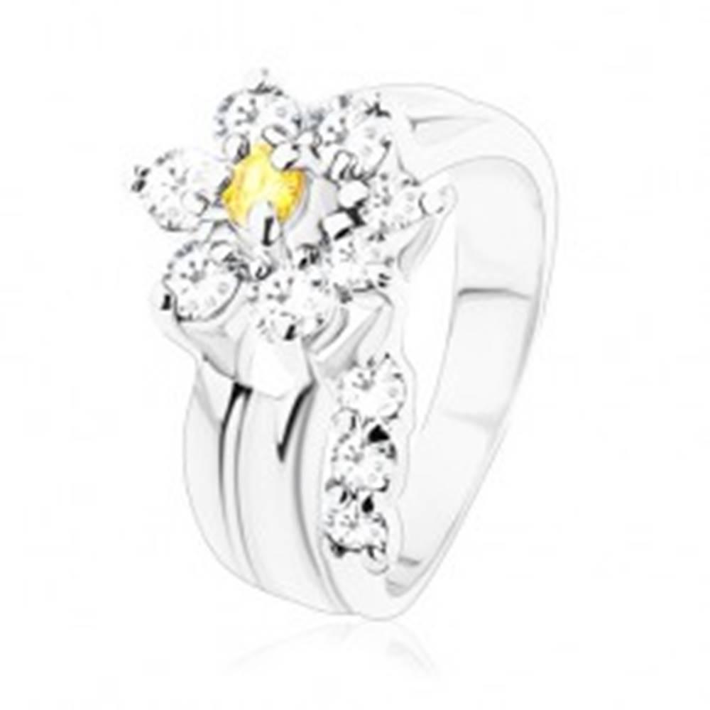 Šperky eshop Žiarivý prsteň, oddelená zirkónová číra stonka, kvietok v žltej a čírej farbe - Veľkosť: 49 mm