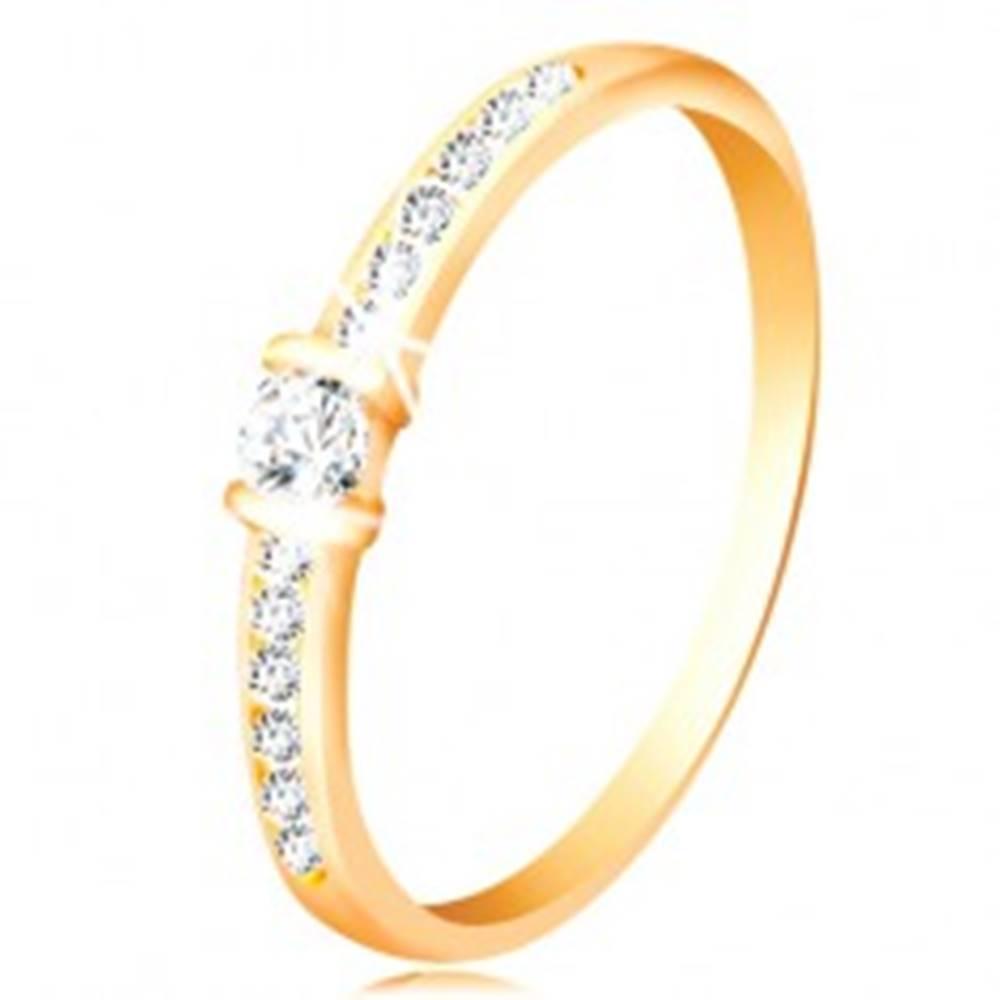 Šperky eshop Zlatý prsteň 14K - číre trblietavé ramená, vyvýšený okrúhly zirkón čírej farby - Veľkosť: 49 mm
