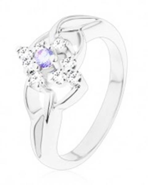 Šperky eshop Ligotavý prsteň so strieborným odtieňom, asymetrické ramená, svetlofialový zirkón - Veľkosť: 48 mm