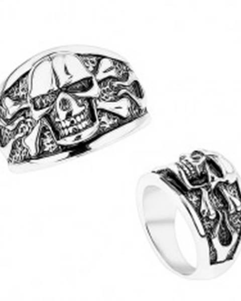 Šperky eshop Mohutný prsteň z ocele 316L, vypuklá lebka s prekríženými kosťami, čierna patina - Veľkosť: 56 mm