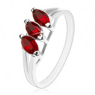 Prsteň v striebornom odtieni, úzke rozdvojené ramená, tmavočervené zrná - Veľkosť: 51 mm