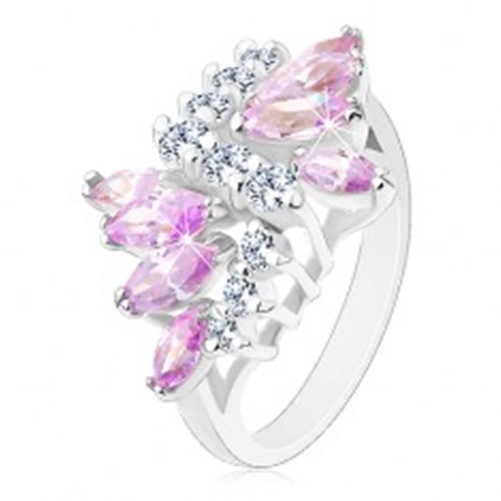 Šperky eshop Lesklý prsteň s hladkými ramenami, číre zirkóny, zrná vo svetlofialovej farbe - Veľkosť: 49 mm