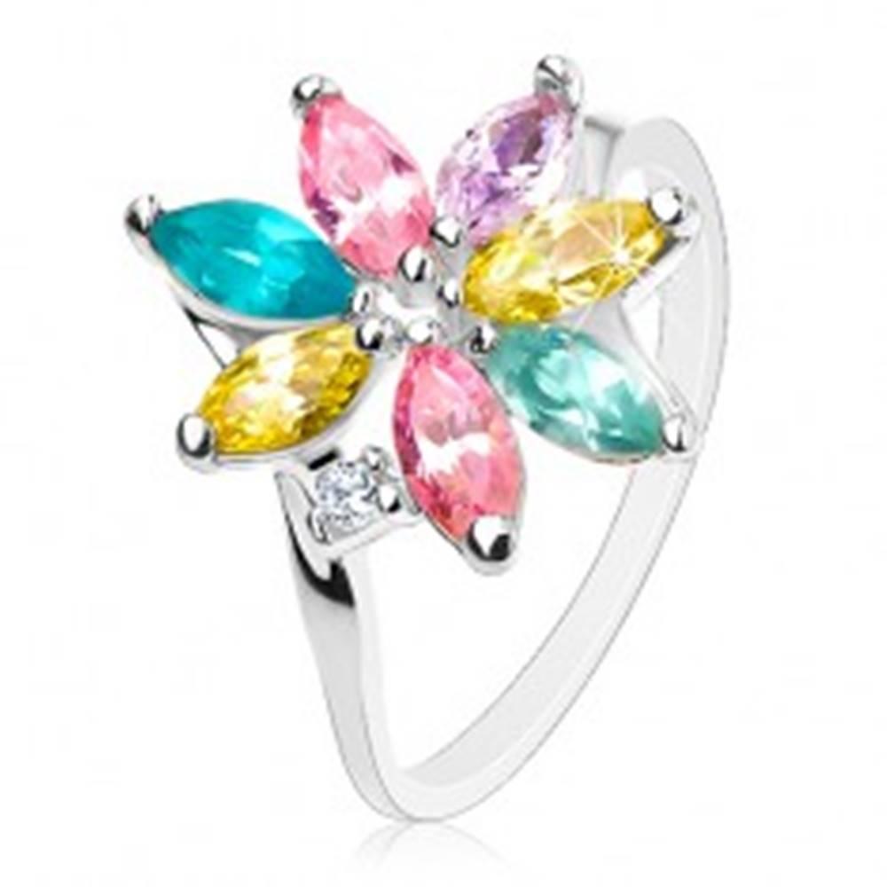 Šperky eshop Lesklý prsteň so zahnutými ramenami, ligotavé farebné lupene, číry zirkónik - Veľkosť: 49 mm