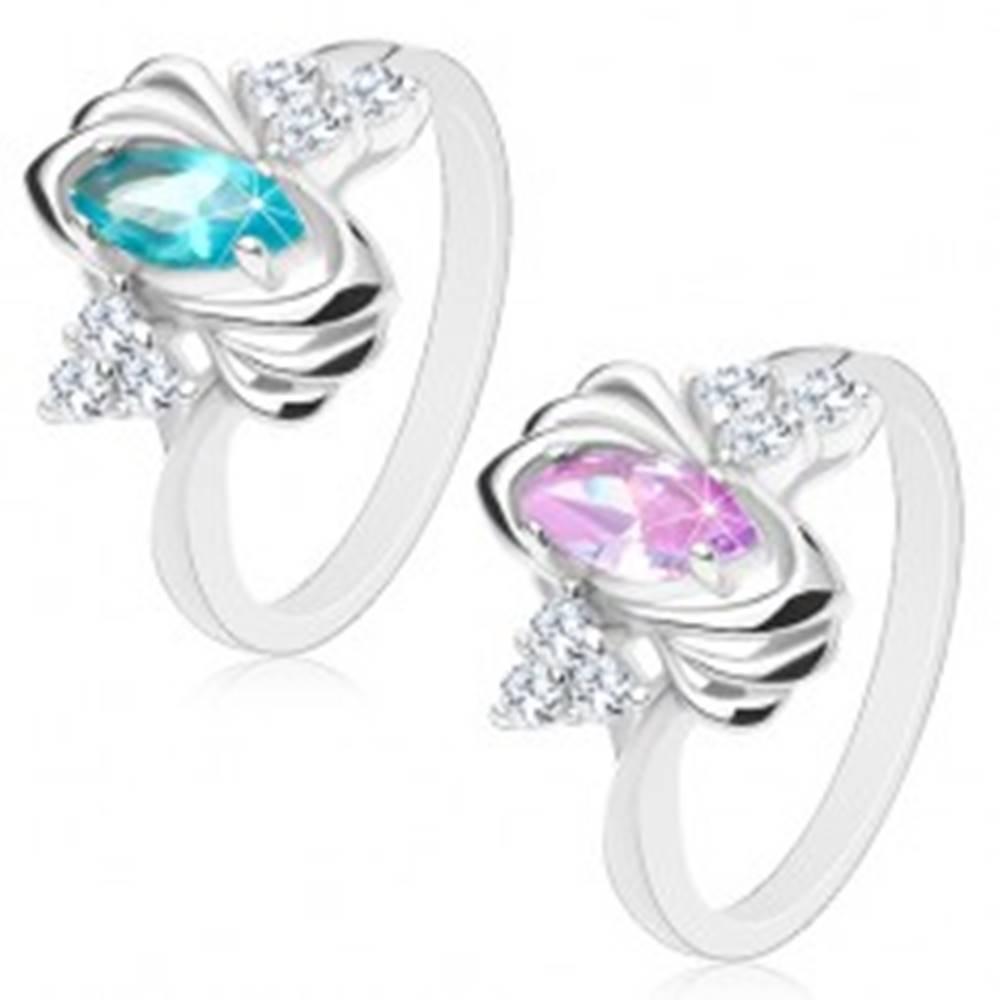 Šperky eshop Lesklý prsteň striebornej farby, farebné zrnko, trojice čírych zirkónikov, oblúčiky - Veľkosť: 52 mm, Farba: Svetlofialová