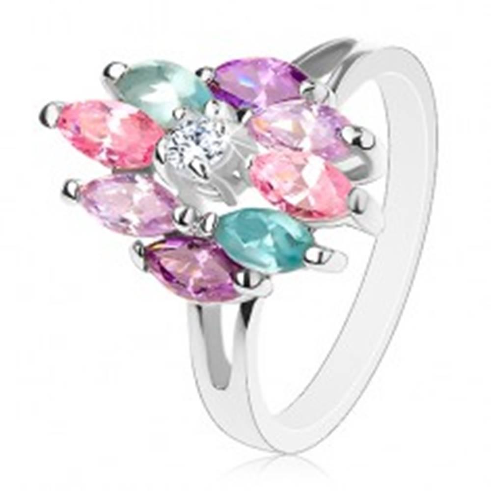 Šperky eshop Ligotavý prsteň s rozdelenými ramenami, okrúhly číry stred, farebné zrniečka - Veľkosť: 56 mm