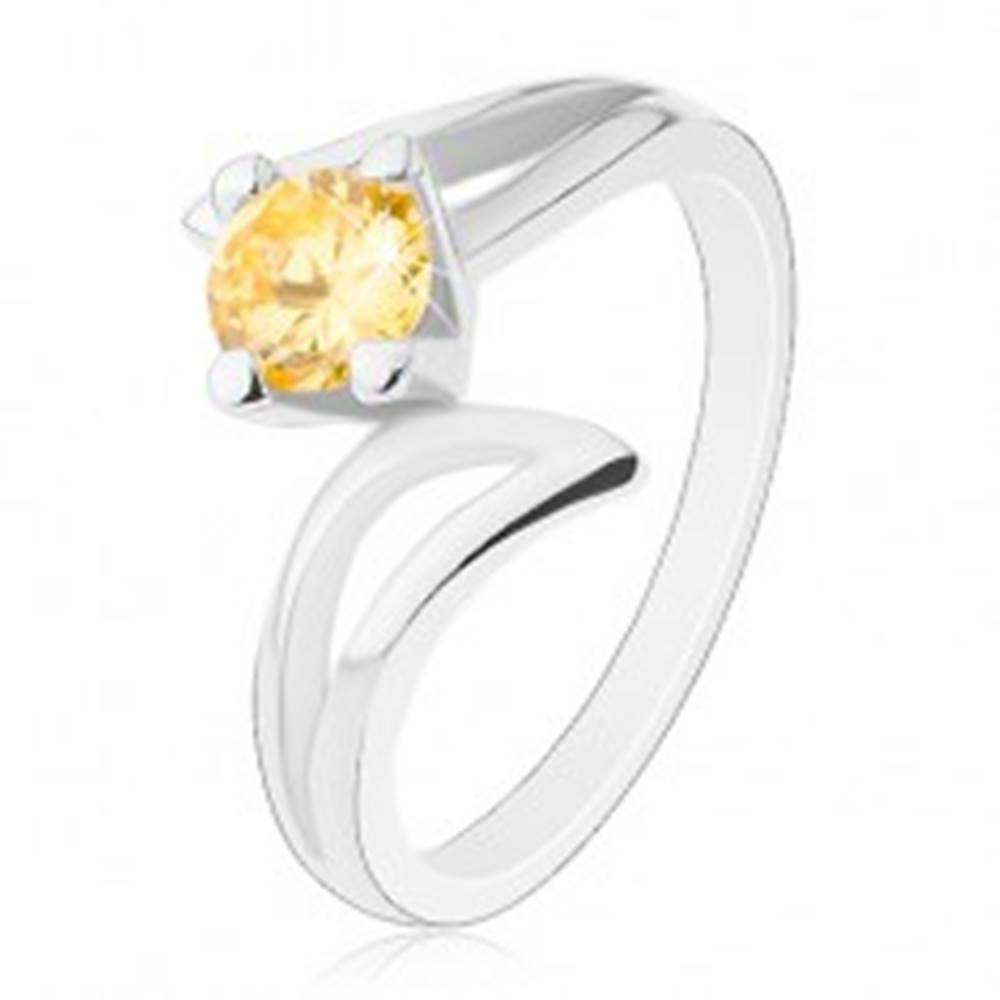 Šperky eshop Ligotavý prsteň s rozdelenými ramenami, okrúhly zirkón so žltým odtieňom - Veľkosť: 50 mm