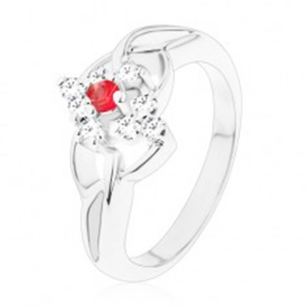 Šperky eshop Ligotavý prsteň v striebornom odtieni, prepletené ramená, okrúhly červený zirkón - Veľkosť: 53 mm