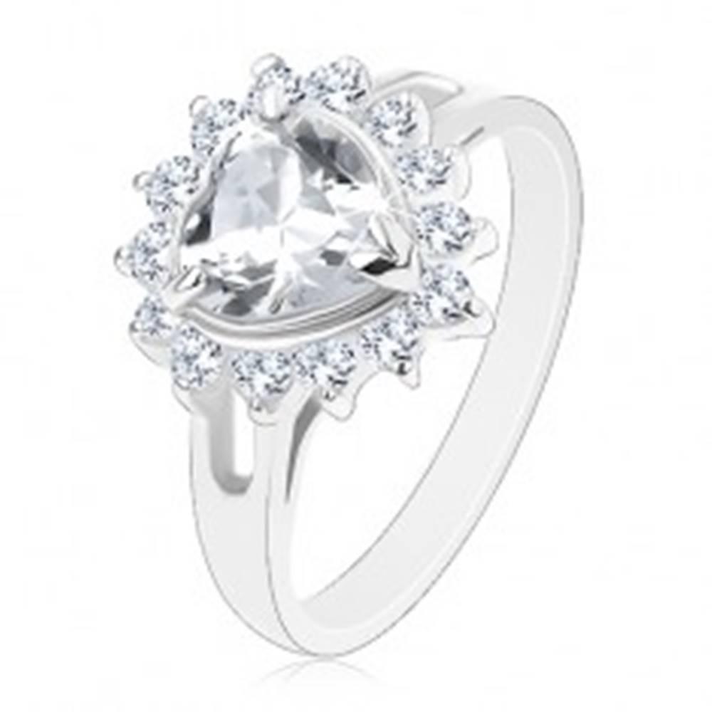 Šperky eshop Prsteň striebornej farby, číre brúsené srdiečko lemované okrúhlymi zirkónmi - Veľkosť: 49 mm