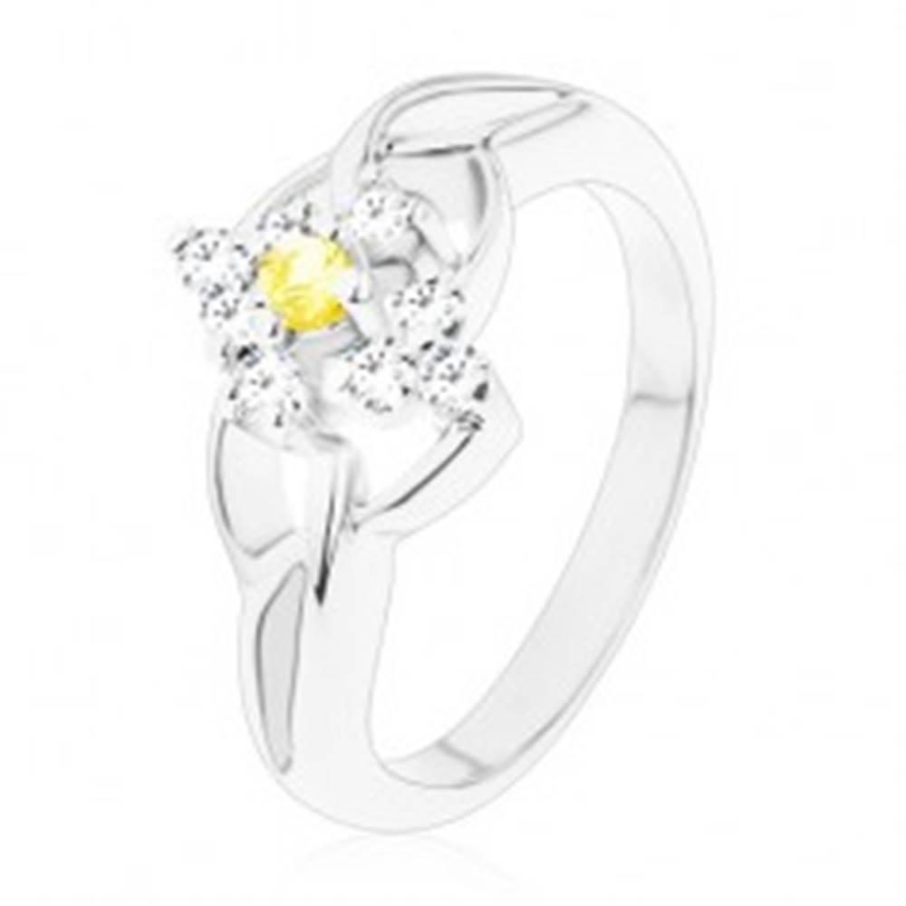 Šperky eshop Prsteň v striebornom odtieni so žltým okrúhlym zirkónom, číry zirkónový lem - Veľkosť: 49 mm