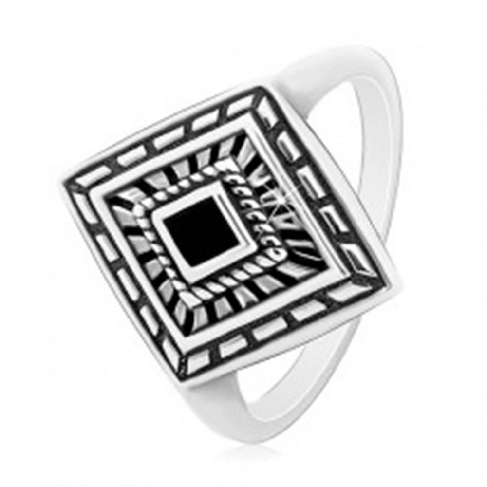 Šperky eshop Prsteň zo striebra 925, patinovaný kosoštvorec s čiernou glazúrou v strede - Veľkosť: 49 mm