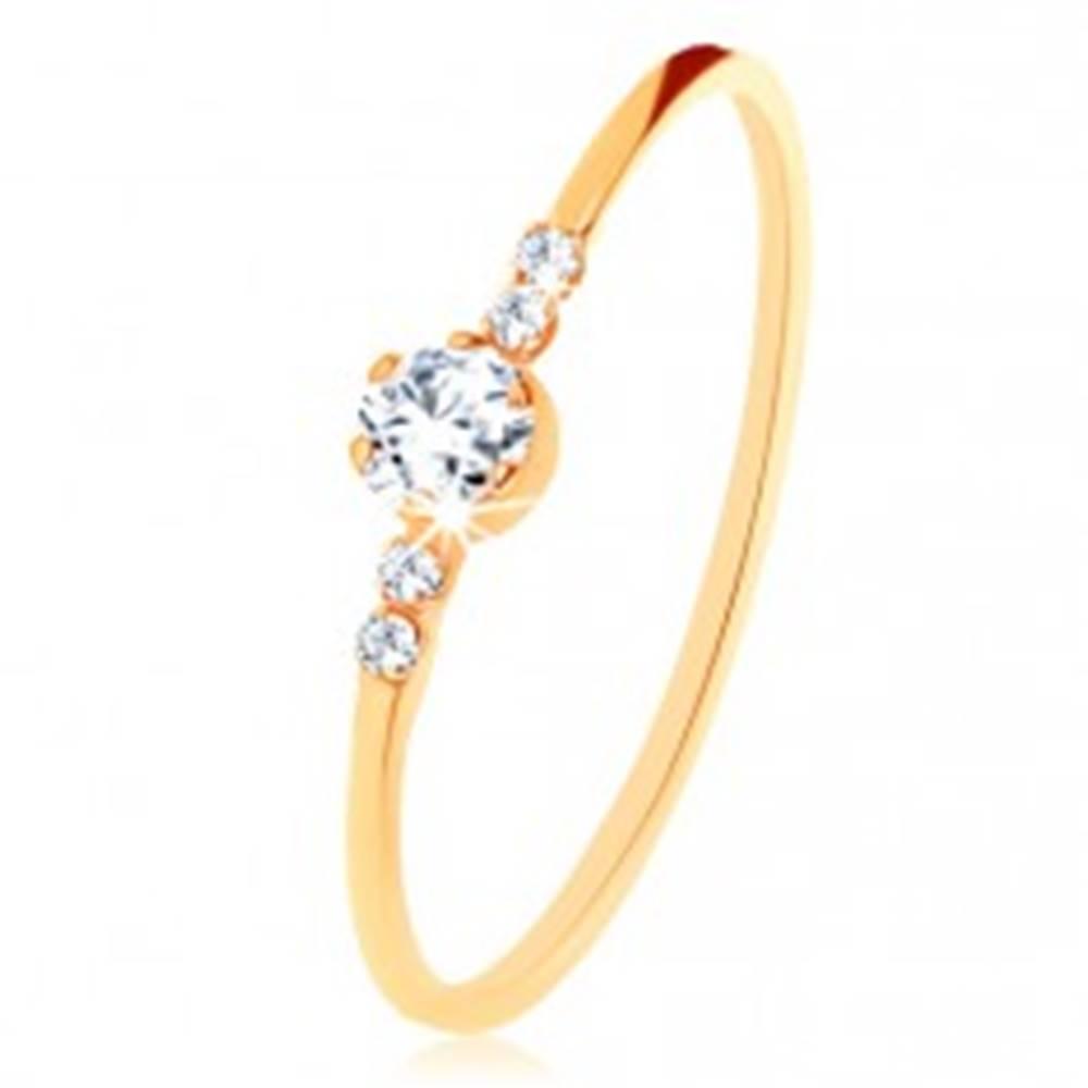 Šperky eshop Prsteň zo žltého 9K zlata, okrúhly číry zirkón, drobné zirkóniky po stranách - Veľkosť: 49 mm