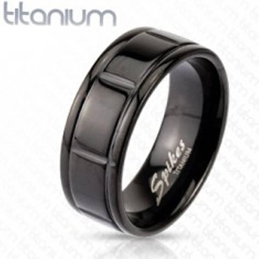 Šperky eshop Titánový čierny prsteň s drážkami po okrajoch - Veľkosť: 59 mm
