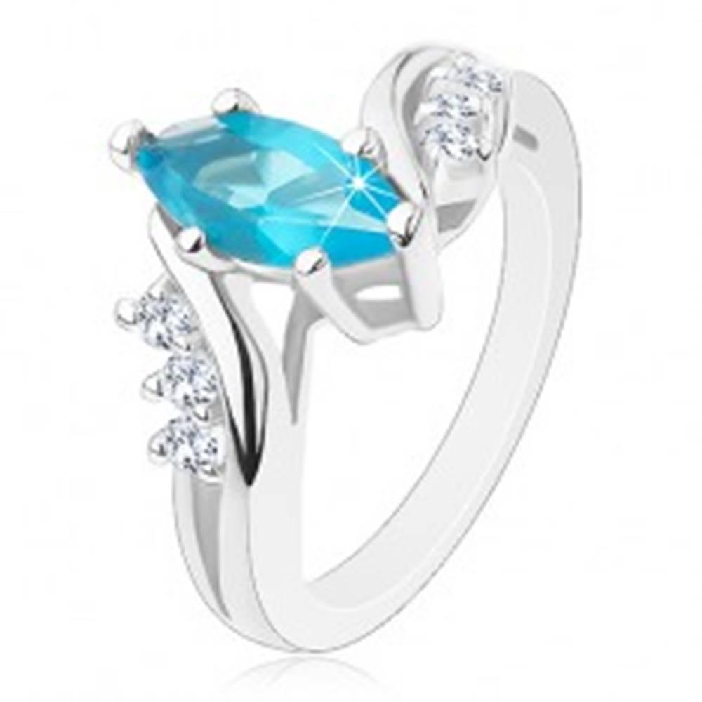 Šperky eshop Trblietavý prsteň s modrým zrnom, rozdelené ramená s priezračnými zirkónikmi - Veľkosť: 49 mm