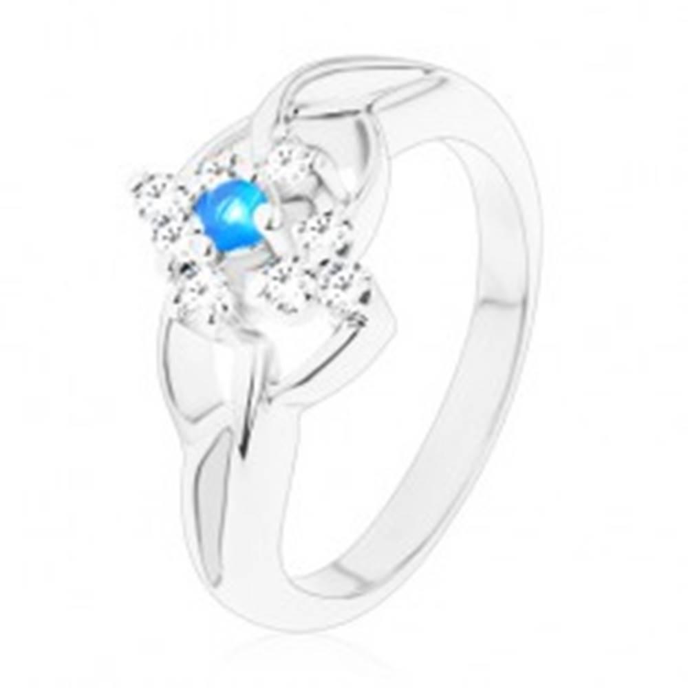 Šperky eshop Trblietavý prsteň s rozdelenými ramenami, modrý zirkón v čírom kosoštvorci - Veľkosť: 51 mm