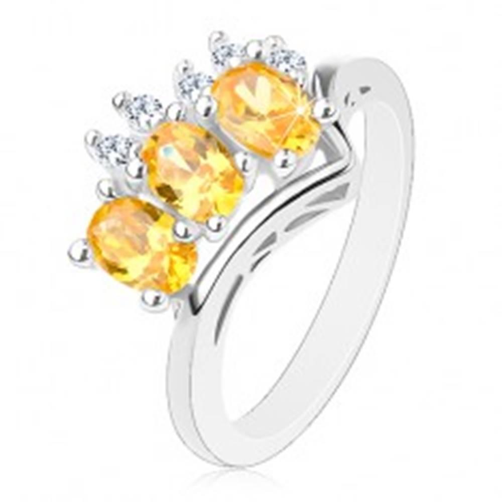 Šperky eshop Trblietavý prsteň v striebornej farbe, trojica žltých oválov a päť čírych zirkónikov - Veľkosť: 56 mm