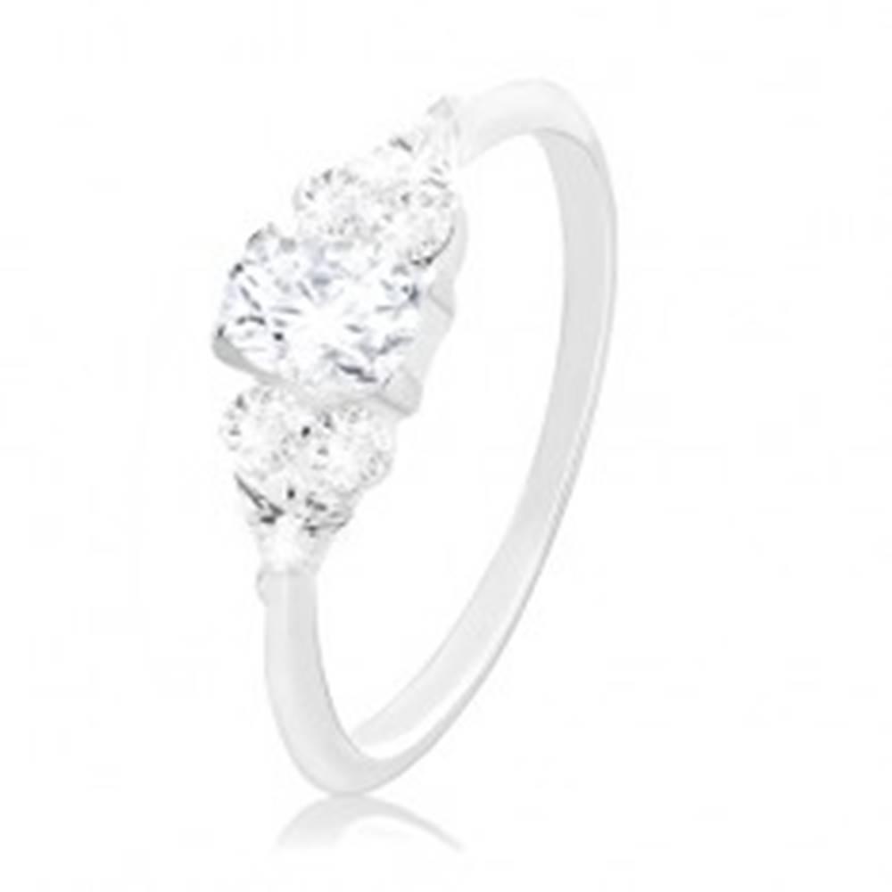 Šperky eshop Zásnubný prsteň, striebro 925, väčší číry zirkón v strede a menšie po stranách - Veľkosť: 48 mm